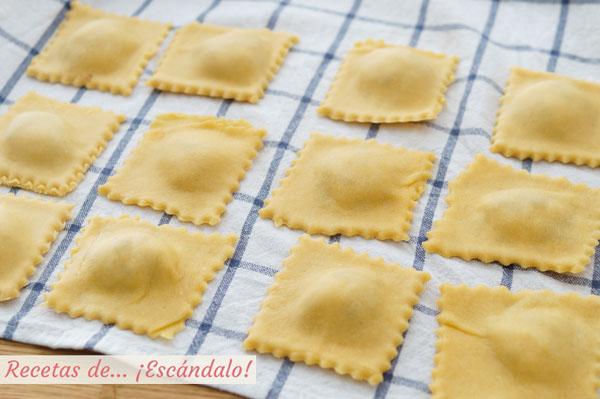 Raviolis de pasta fresca casera rellenos