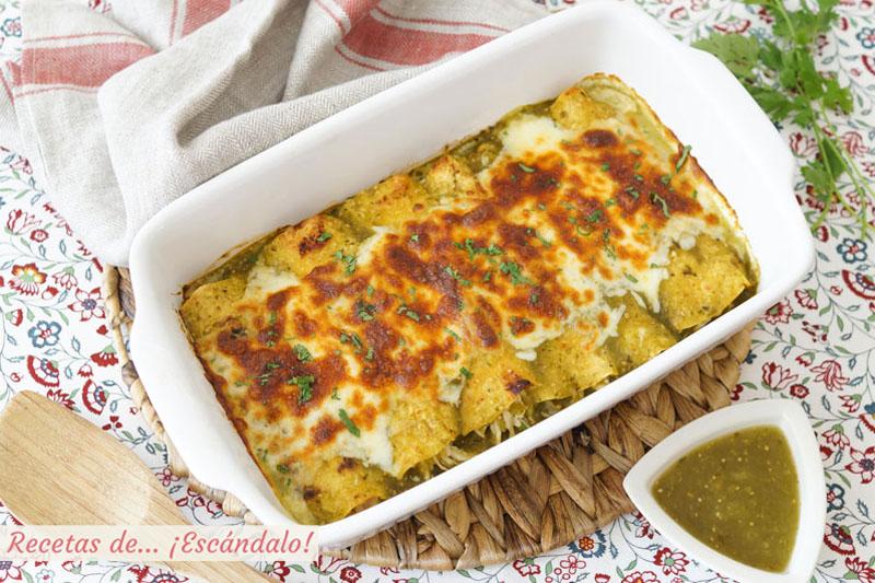 Enchiladas de pollo con salsa verde y queso, al estilo suizas