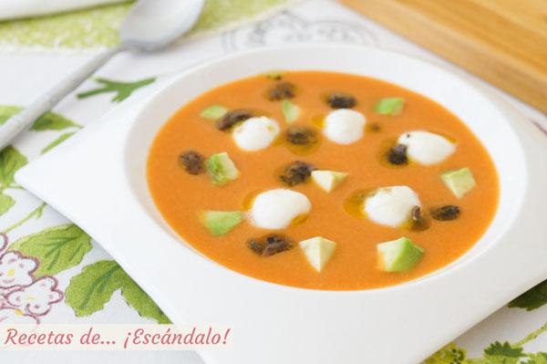Receta de salmorejo con mozzarella y picadillo de anchoas, alcaparras y aceitunas