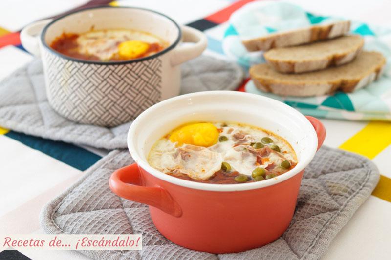 Huevos al plato con jamon y guisantes. Receta rapida y facil