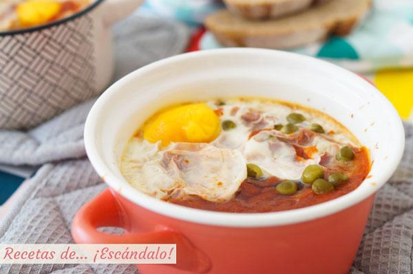 Receta de huevos al plato con jamon y guisantes