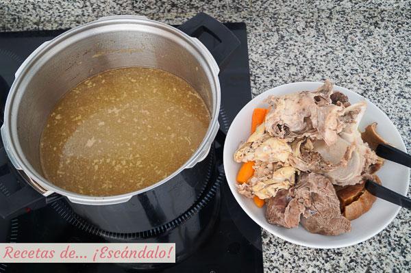 Consome casero con carnes, huesos y verduras