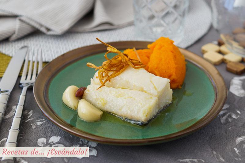Bacalao confitado con ajos, puerro crujiente y pure de calabaza
