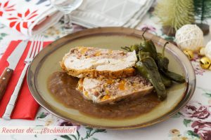 Pollo relleno deshuesado al horno con salsa de cebolla y sus jugos