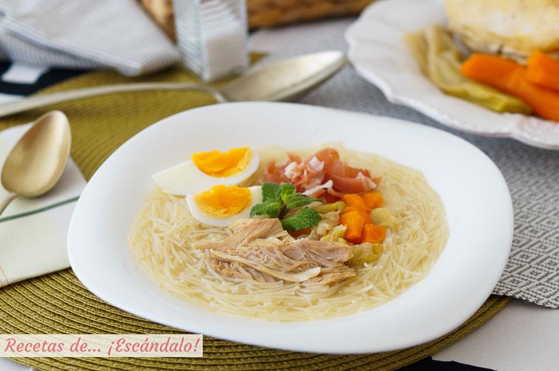 Sopa de picadillo con pollo, huevo y jamon. Receta tradicional andaluza