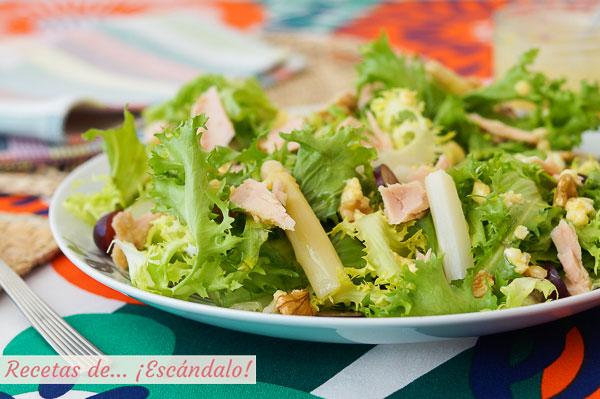 Receta de ensalada de escarola con bonito, esparragos y vinagreta de huevo y mostaza