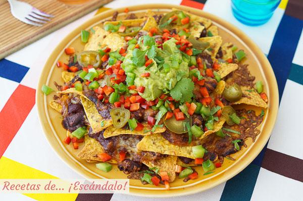 Como hacer nachos con queso, guacamole y chili con carne al horno