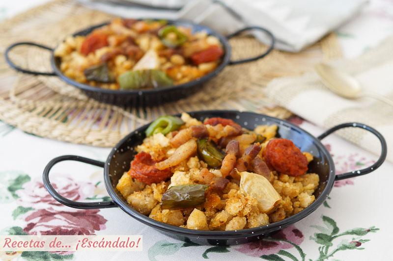 Migas de pan o migas de pastor con tocino y chorizo. Receta tradicional