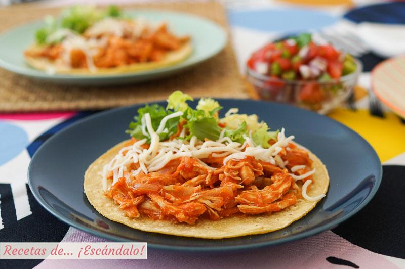 Tostadas de tinga de pollo. Receta mexicana deliciosa y sencilla