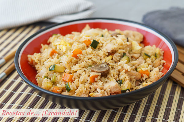 Receta de yakimeshi o arroz frito al estilo japones con pollo y verduras