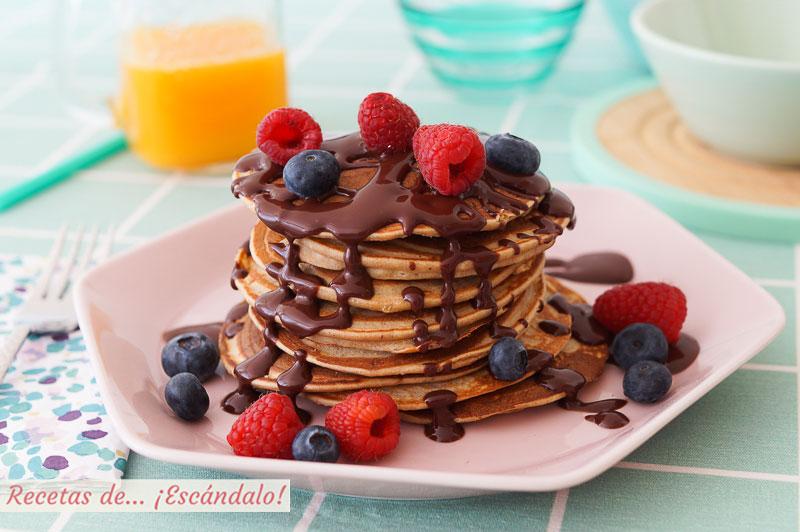 Torre de panqueques o pancakes de avena y banana con chocolate