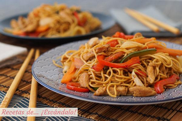 Receta de chow mein de pollo y verduras, unos fideos chinos salteados riquisimos