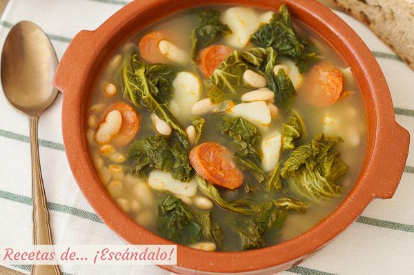 Como hacer caldo gallego tradicional con berza y lacon, delicioso y reconfortante