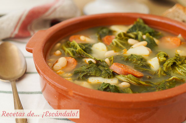 Receta de caldo gallego tradicional con berza y lacon, delicioso y reconfortante