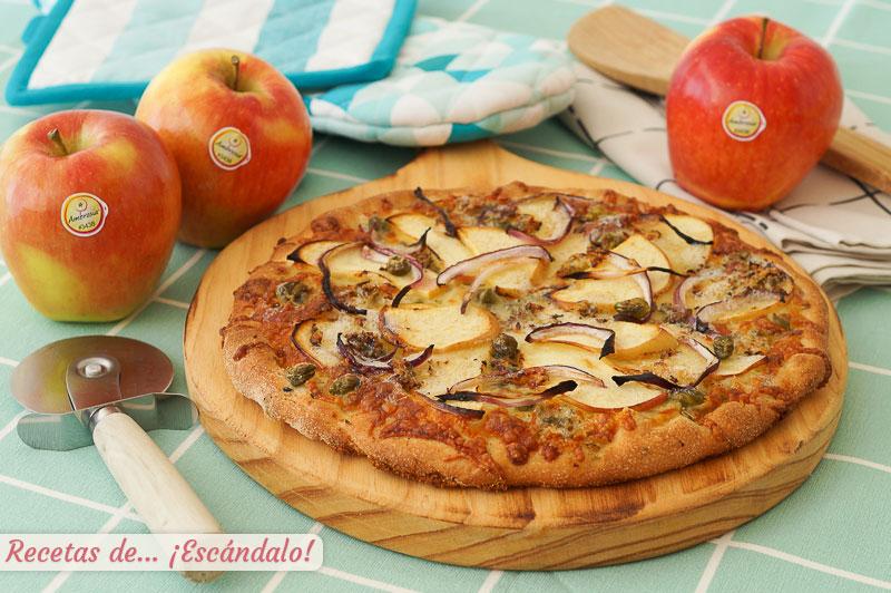 Pizza de masa casera con manzana, queso azul y cebolla roja