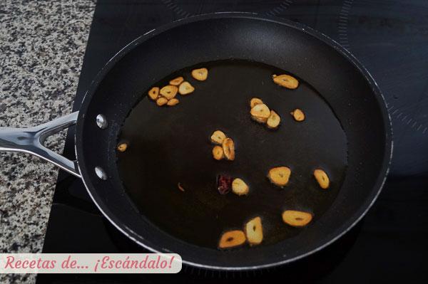 Aceite con ajos y guindilla para cocochas
