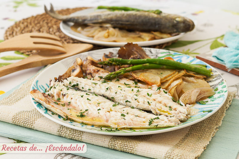 Lubina al horno con patatas, verduras y setas, jugosa y facil